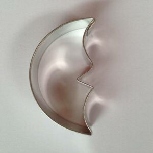 Hold kiszúró masszív fém sütemény kiszúró forma 5,9 x 3,4 cm